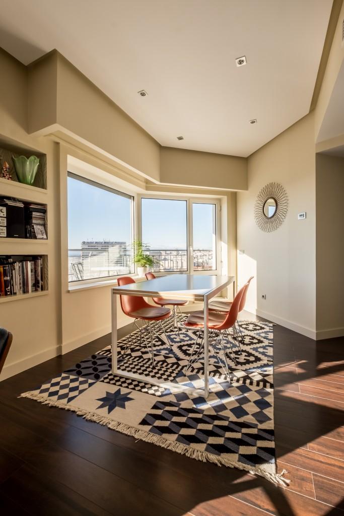 mesas y sillas con kilim y espejo sol