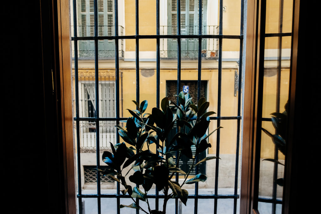 balcon con rejas en salon